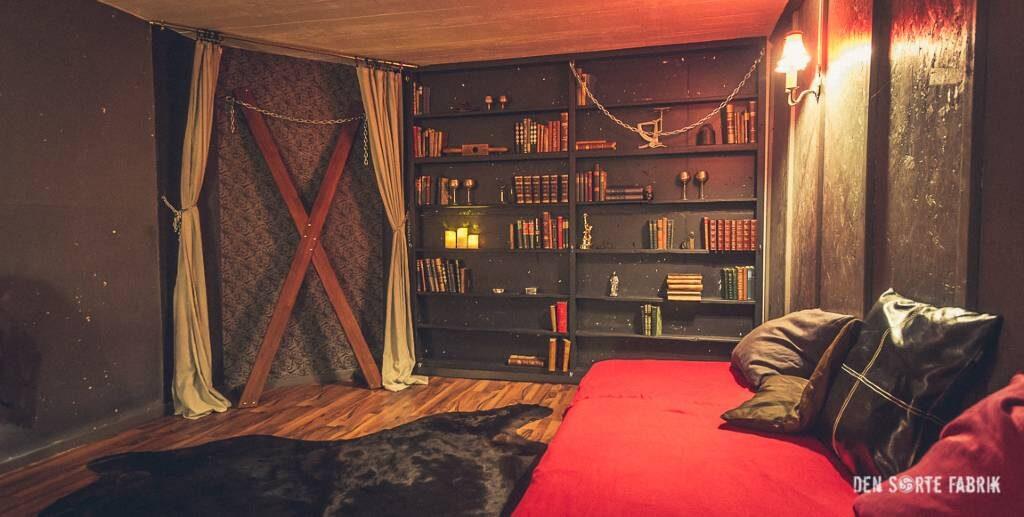Biblioteket med kors og seng i Den Sorte Fabrik