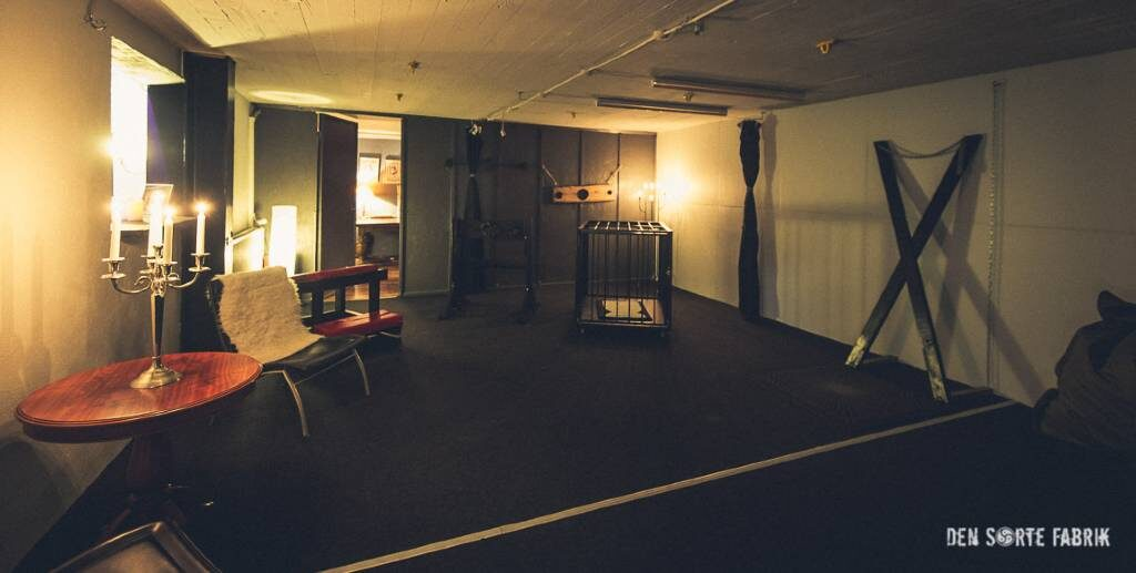 Det andet, store fælleslokale med kors og ophængspunkter til bondage i Den Sorte Fabrik