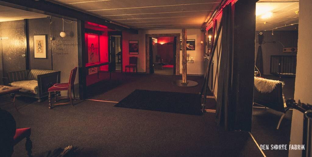 Det første, store fælleslokale med kors og massagebænk i Den Sorte Fabrik