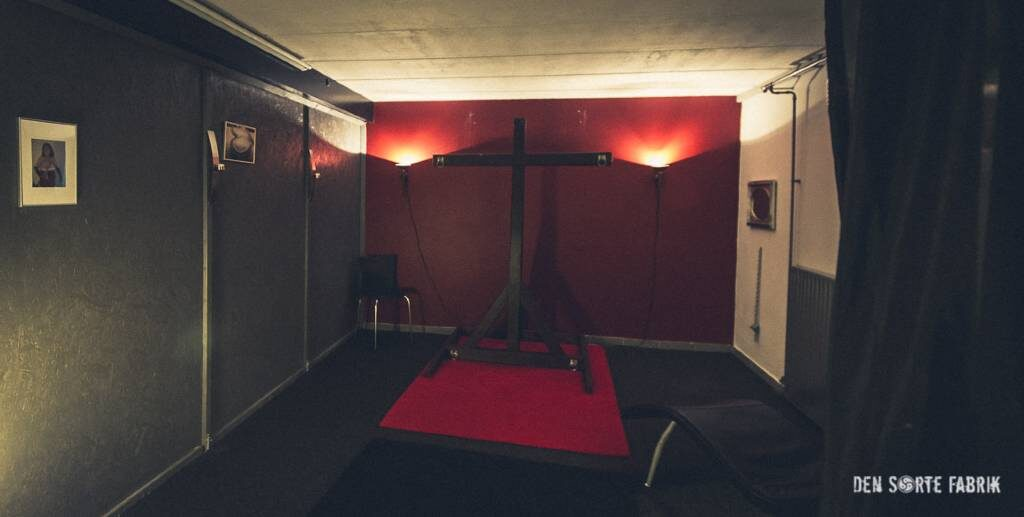 Det halvåbne rum med kors i Den Sorte Fabrik