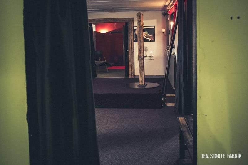 Døråbningen ind til det første, store fælleslokale i Den Sorte Fabrik