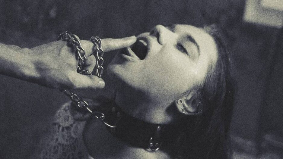 Knælende kvinde med halsbånd på