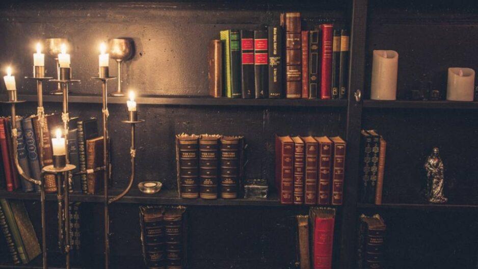 Reol med gamle bøger i biblioteket i Den Sorte Fabrik
